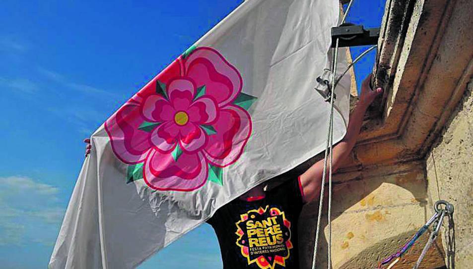 Imatge d'arxiu d'una hissada de la bandera al capdamunt del Campanar.