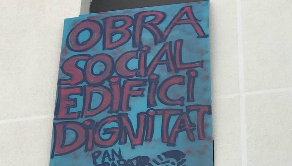 Cartell que han col·locat els ocupes a l'edifici abandonat.
