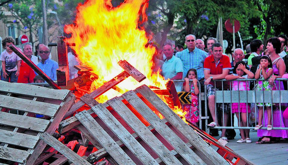 Una foguera de les moltes que es fan durant la nit del foc