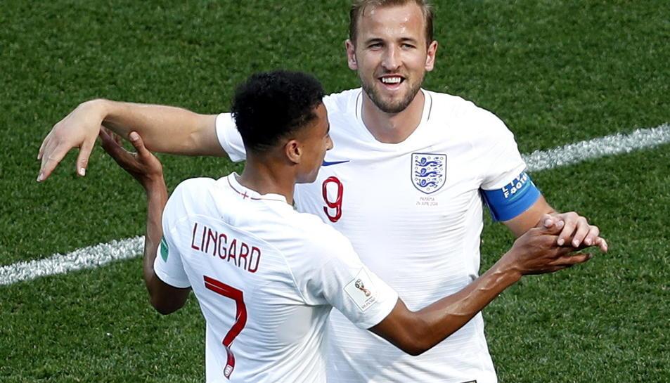 Kane celebra una de les seves tres dianes amb Lingard.