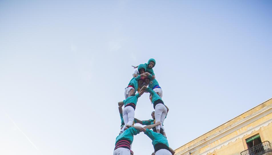 4de8 dels Castellers de Sant Pere i Sant Pau a la diada de Sant Joan celebrada a la plaça de la Font.