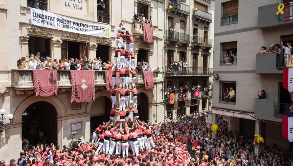 5de9 amb folre de la Colla Vella dels Xiquets de Valls per la diada de Sant Joan