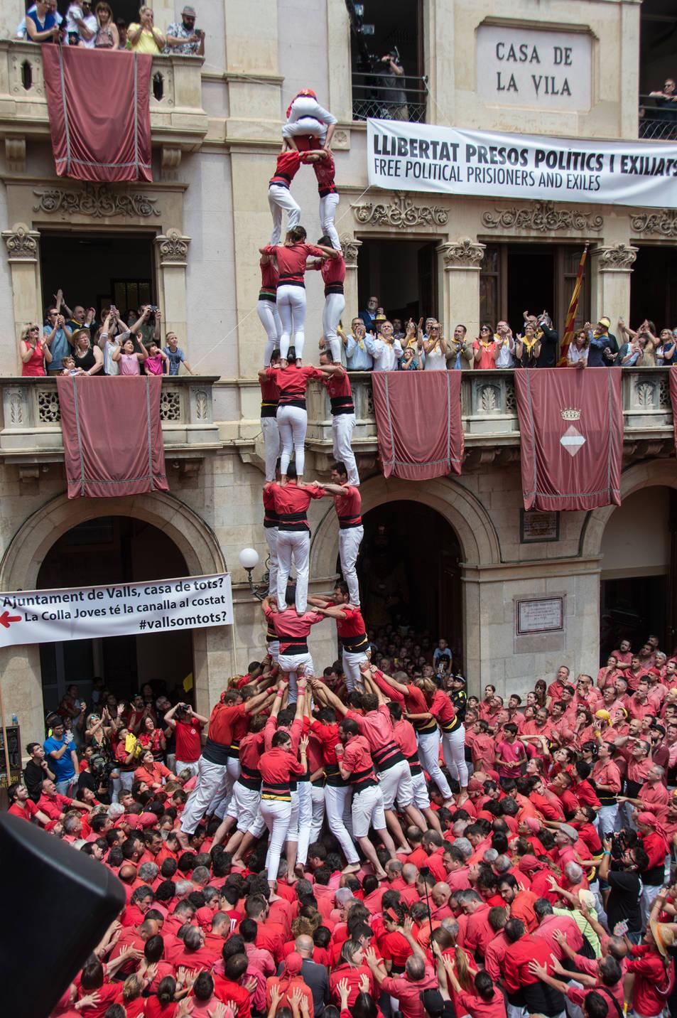 3de9 amb folre de la Colla Joves Xiquets de Valls per la diada de Sant Joan