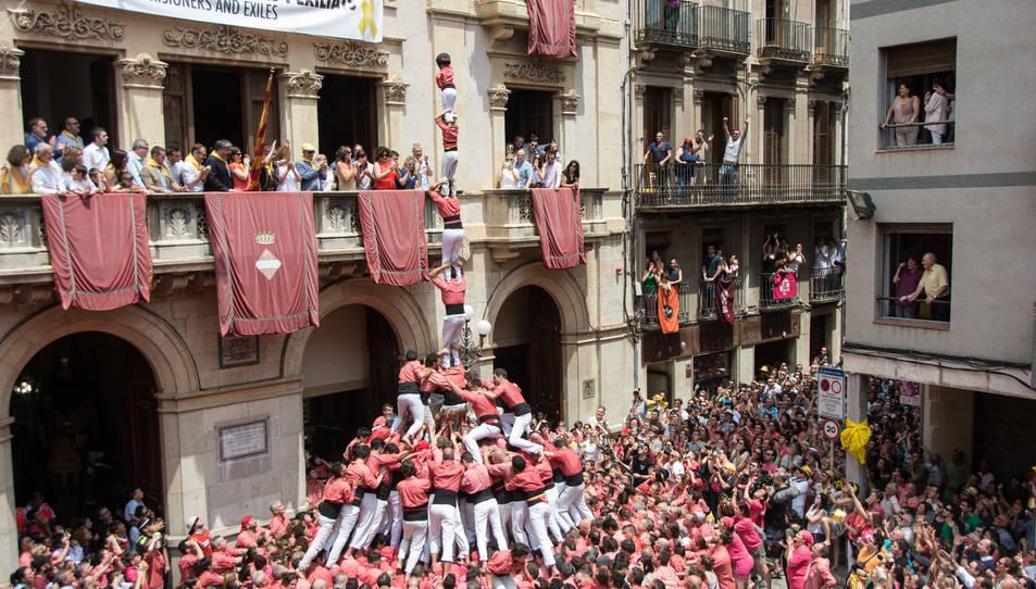 4de9 amb folre i pilar de la Colla Vella dels Xiquets de Valls per la diada de Sant Joan