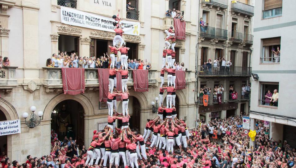 3 i 4de9 amb folre simultanis de la Colla Vella dels Xiquets de Valls per la diada de Sant Joan