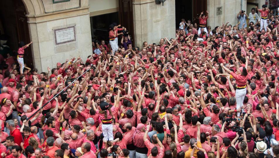 Celebració de la Colla Vella dels Xiquets de Valls després de descarregar el 3 i 4de9 amb folre simultanis per la diada de Sant Joan