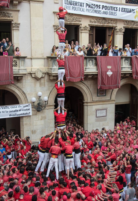 Pilar de 7 amb folre carregat de la Colla Joves Xiquets de Valls per la diada de Sant Joan