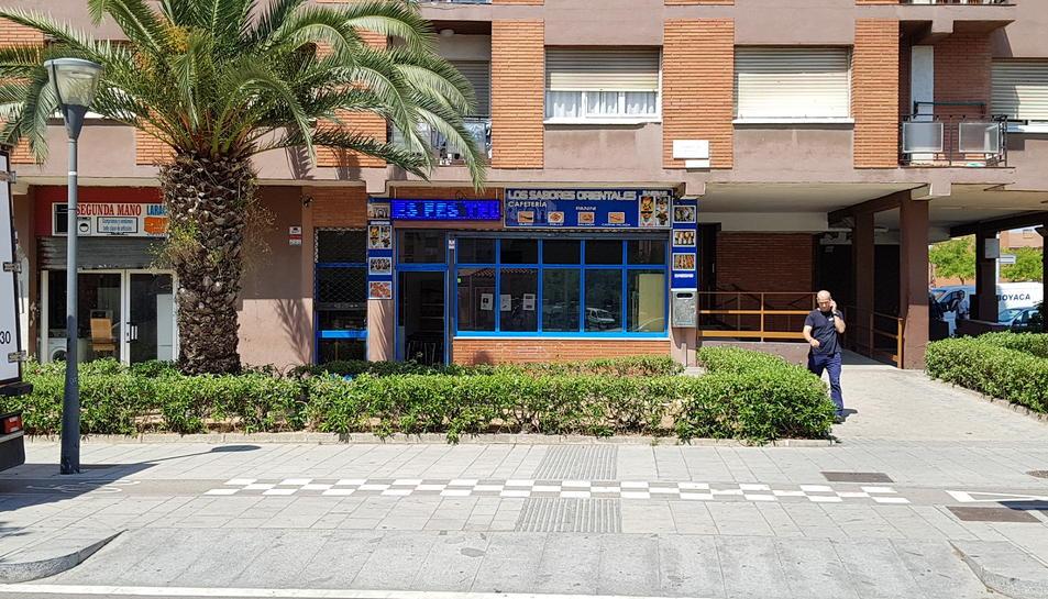 La baralla va succeir diumenge en aquest bar, on testimonis asseguren, van volar taules i cadires.