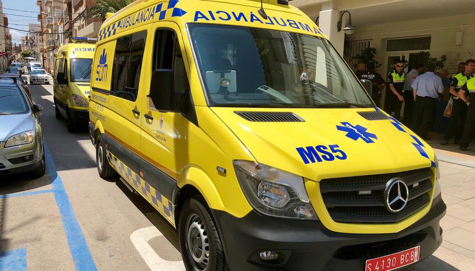 Pla general de la nova ambulància de l'Ametlla de Mar, davant del consistori. Imatge del 25 de juny de 2018 (horitzontal)