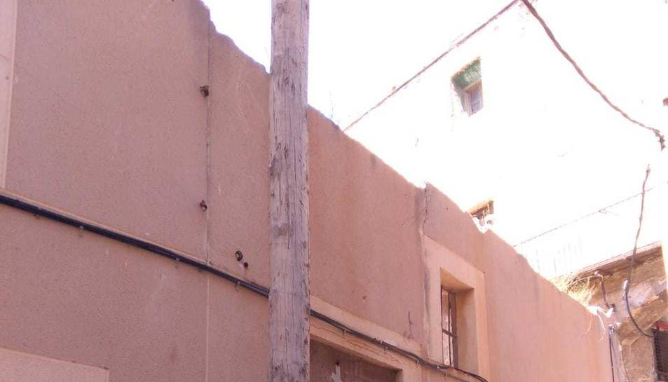 El rusc està situat darrere d'un mur del carrer Arc d'en Toda, a la Part Alta.
