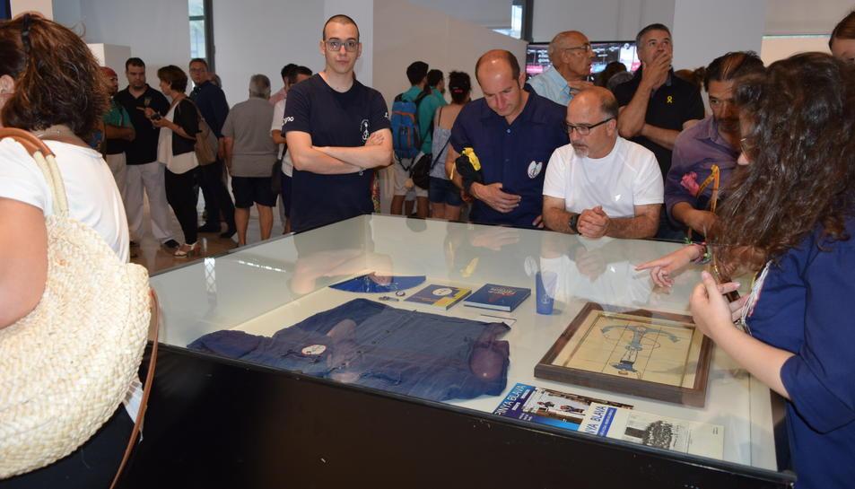 Alguns dels assistents a la inauguració de l'exposició castellera.