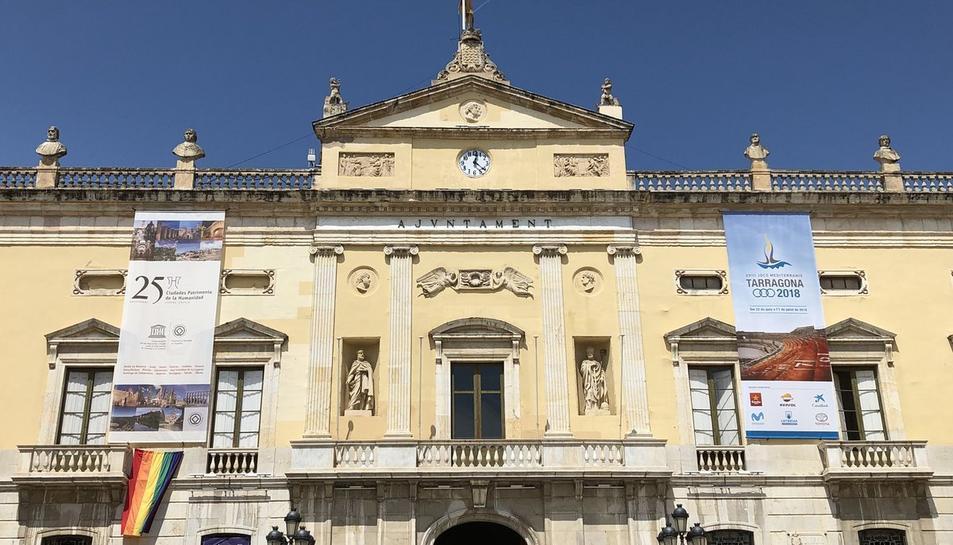 L'Ajuntament de Tarragona amb la bandera LGTBI penjada a la façana.