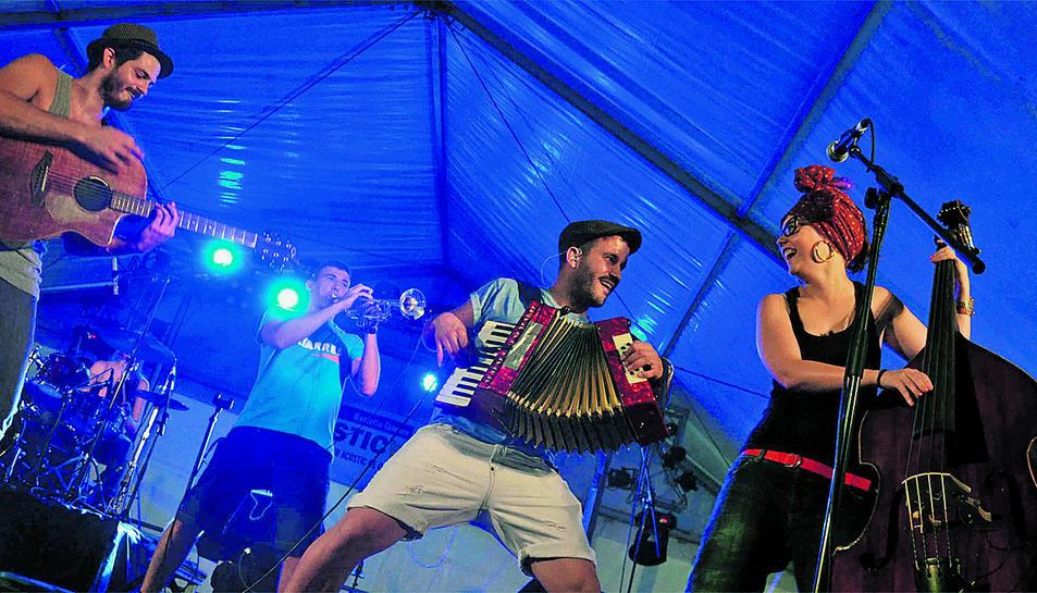 Els Catarres portaran la seva música pop-folk el pròxim 15 de juliol al pàrquing de la Bòbila.