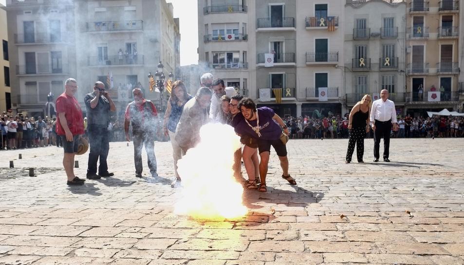 Imatge de la encesa de la Tronada a la plaça Mercadal.