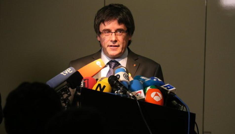 Carles Puigdemont davant de diversos micròfons durant una roda de premsa a Berlín amb el president de la Generalitat Quim Torra el 15 de maig del 2018.