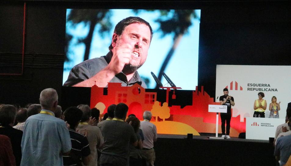 Imatge a la pantalla del president d'ERC, Oriol Junqueras, després que Gabriel Rufián llegís una carta seva des d'Estremera, durant la Conferència Nacional del partit, a La Farga de l'Hospitalet.