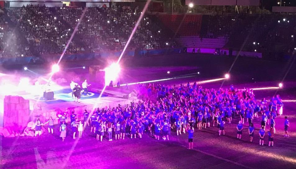 Els voluntaris rodejant l'escenari on canta Álvaro Soler