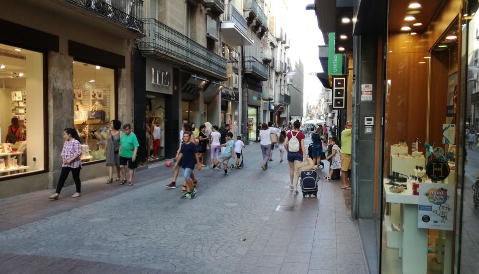 Aspecte que oferia el carrer Monterols en el primer dia de rebaixes.