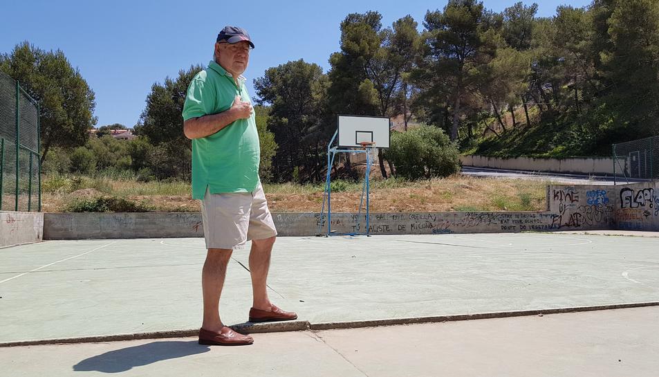 El líder veïnal, Francesc García, mostra el desnivell al camp de bàsquet, originat pel moviment de les plaques de formigó.