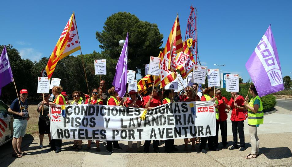 El personal de neteja de l'empresa Claro Sol de Port Aventura en la mobilització a l'entrada dels hotels del parc temàtic el passat divendres.