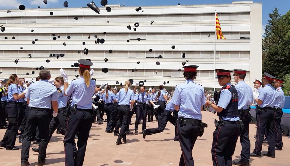 Imatge de l'acte de graduació dels quatre nous agents.