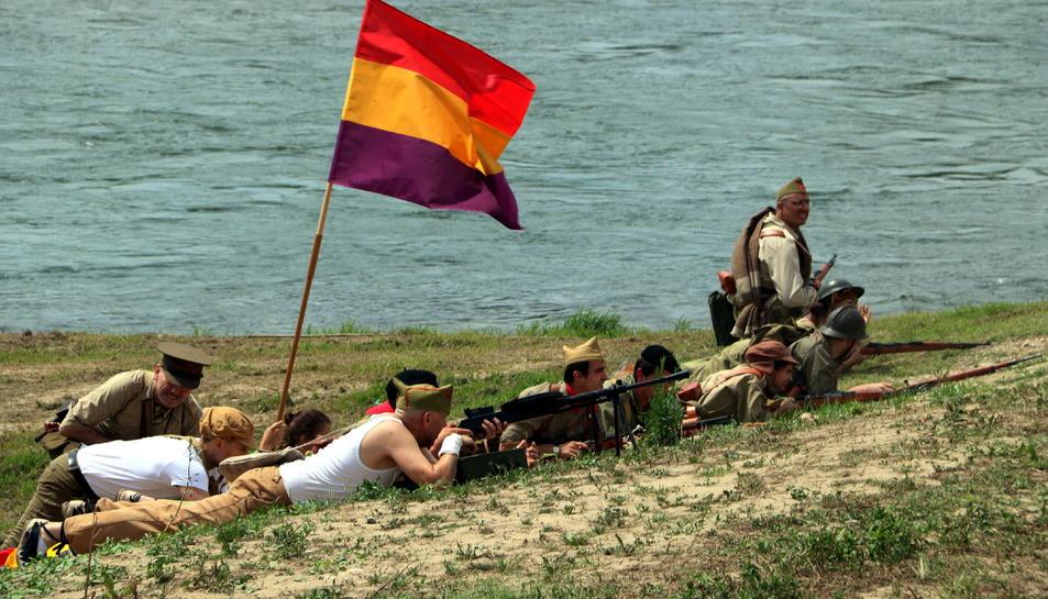 Pla general de les tropes republicanes en la recreació històrica de l'inici de la Batalla de l'Ebre a Miravet.
