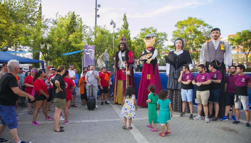 Un instant del bateig del gegant del barri Gaudí, el Marcelino, acompanyat dels seus padrins.