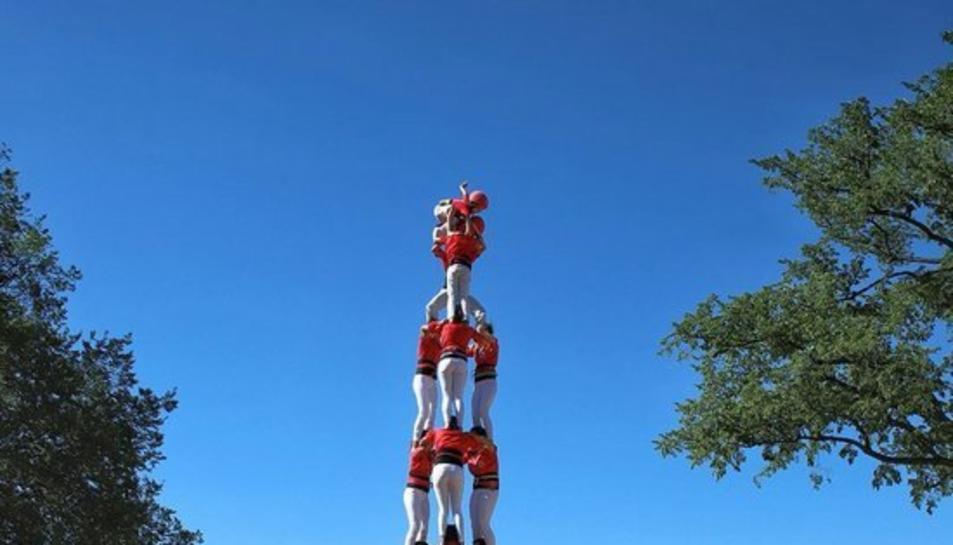 La Colla Joves Xiquets de Valls aixeca un castell -un 3 de 8- a Washington, a la Plaça Major.