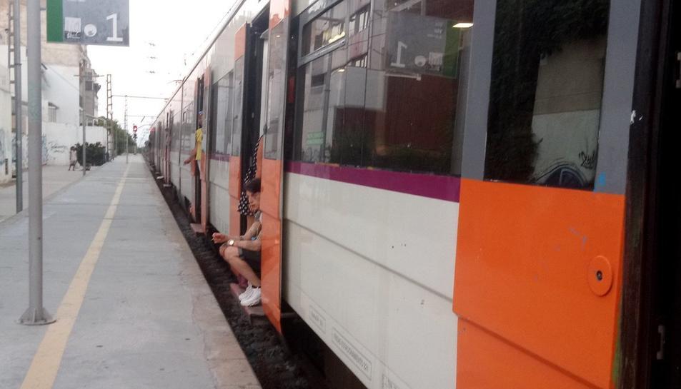 Imatge del tren de la línia R16 aturat a l'estació de Cambrils.