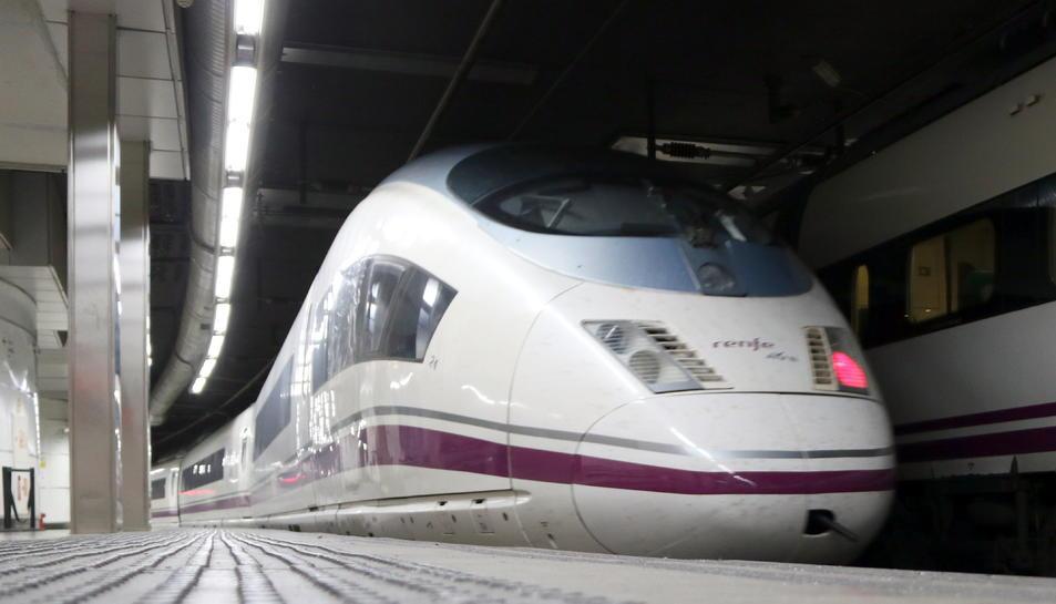 Pla general d'un AVE que marxa cap a Madrid des de l'estació de Sants de Barcelona.