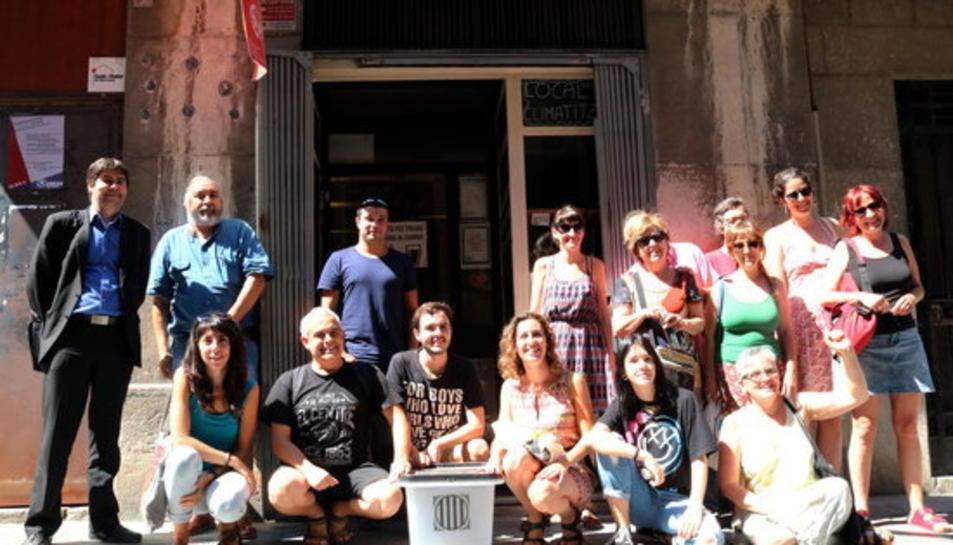 Els membres de l'Esquerra Independentista a l'entrada del Casal Popular Sageta de Foc a Tarragona.