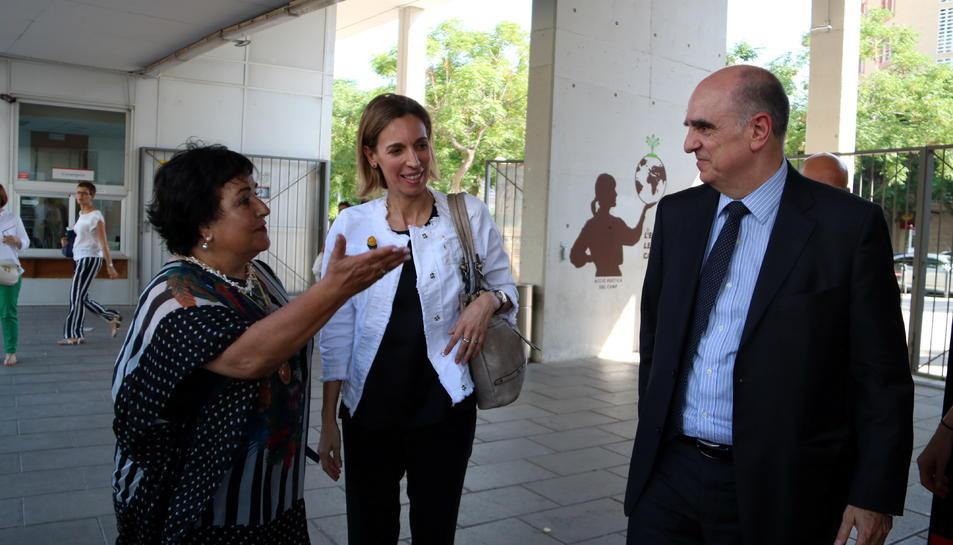 La rectora de la URV, Maria José Figueras; la consellera d'Empresa, Maria Àngels Chacón i del nou secretari d'Universitats i Recerca, Francesc Xavier Grau a l'entrada del Campus Catalunya