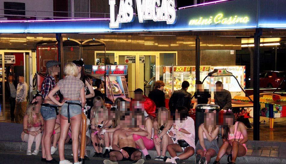 Imatge d'arxiu d'un grup de joves sortint de festa pels locals d'oci nocturn de Salou.
