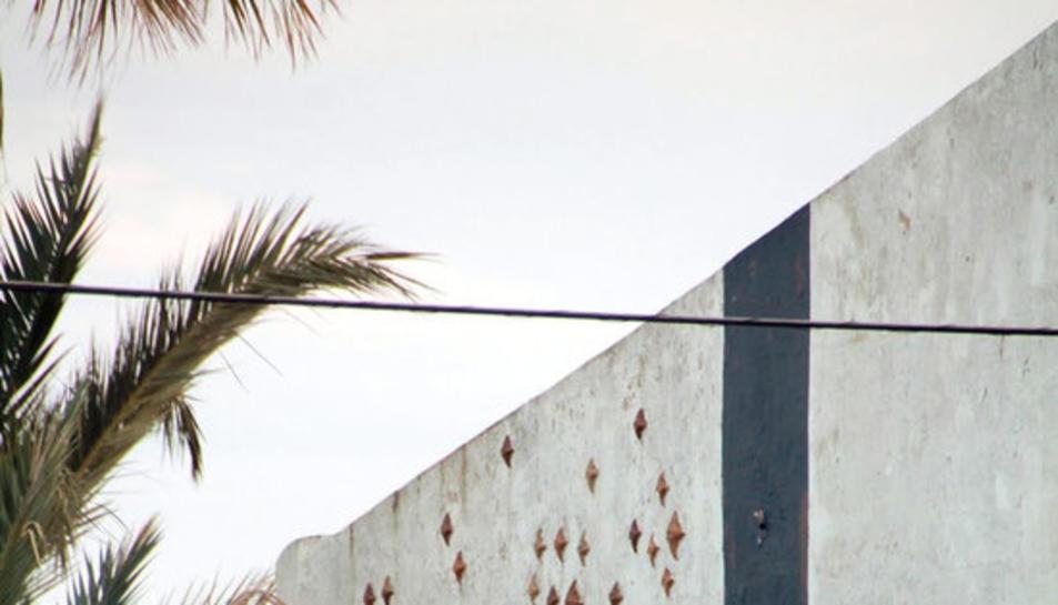 La paret del Càmping Alfacs, on 215 estels recorden les víctimes de la tragèdia del camió de propilè accidentat.