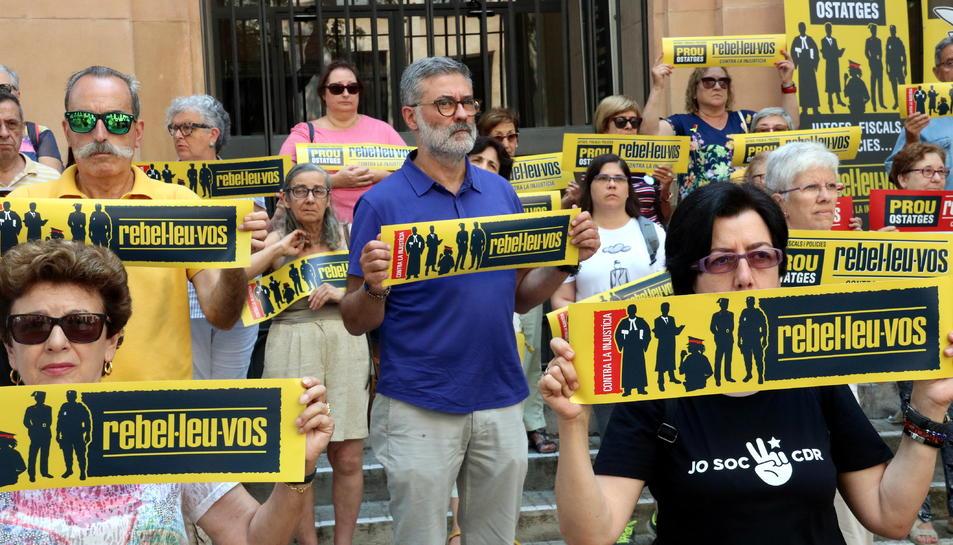 Pla mig del diputat de la CUP, Carles Riera, en la protesta 'Silenci, rebel·leu-vos' davant de l'Audiència de Tarragona.