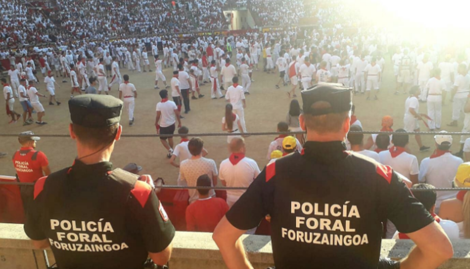 Imatge de dos agents de la Policia Foral a les festes de San Fermín.