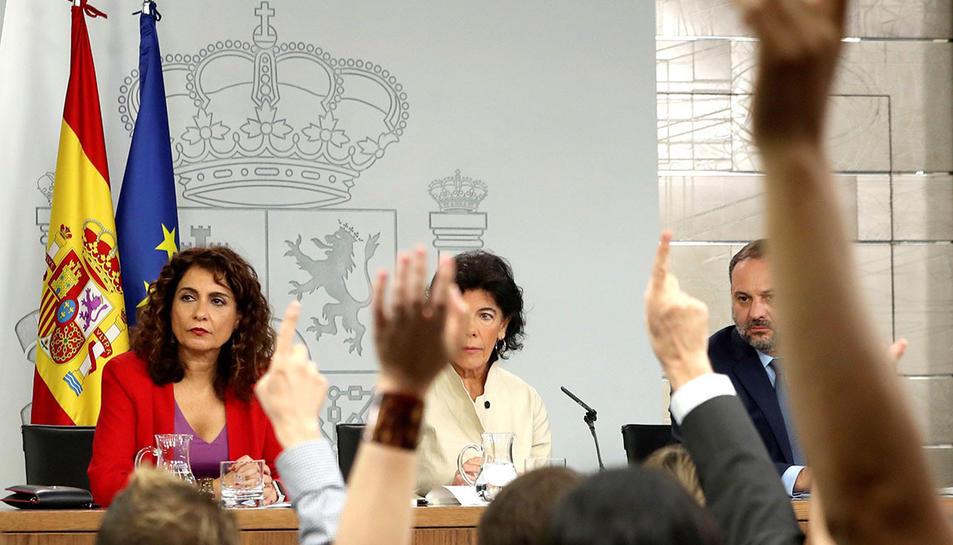 La portaveu del govern espanyol, amb la ministra d'Hisenda i el titular de Foment.