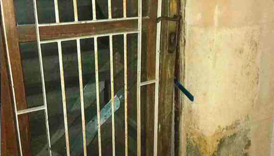 Els detinguts van fer palanca amb una eina i van trencar el vidre de la porta d'entrada de la casa.