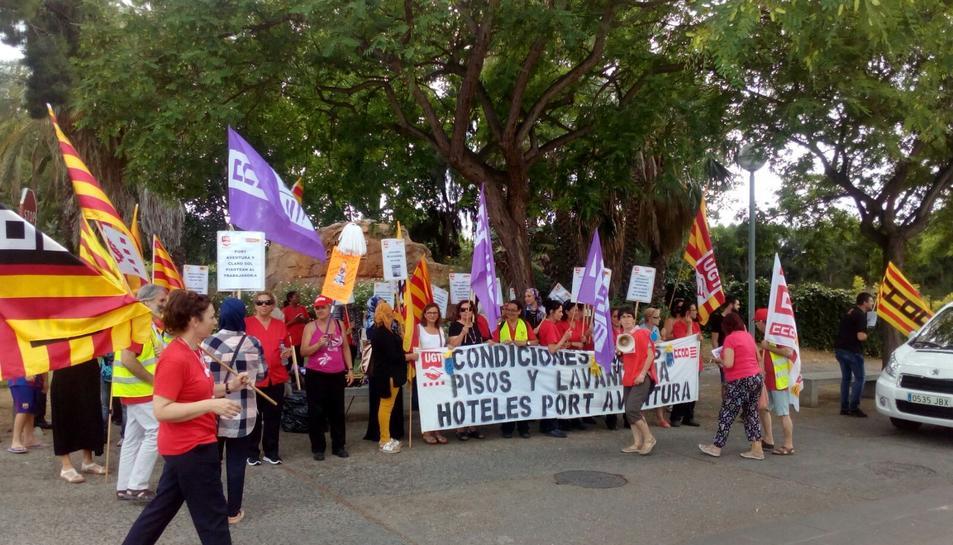 Aquest divendres, el personal de neteja dels hotels de PortAventura s'han tornat a concentrar.