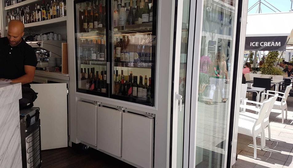Els encarregats del restaurant han tornat a omplir la bodega quan han obert per poder servir als clients d'avui