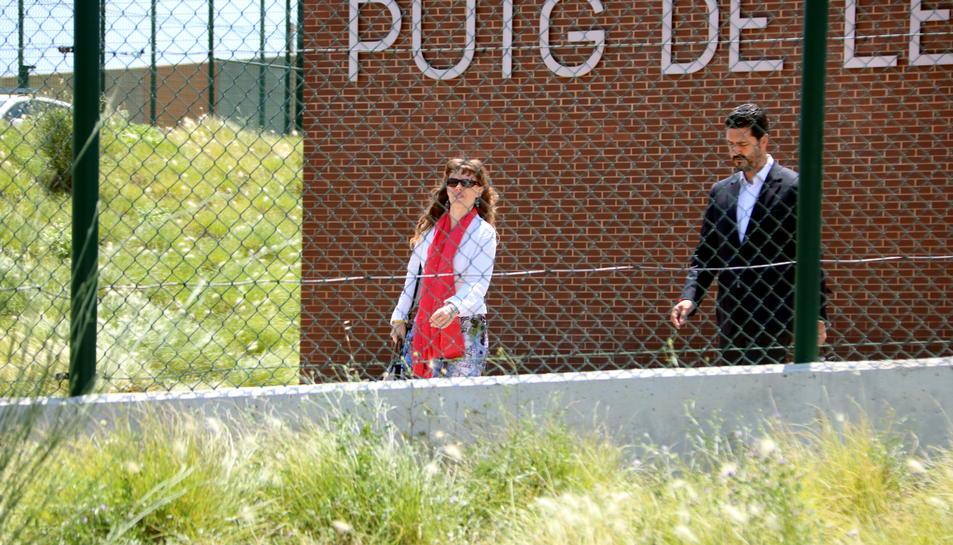 Els advocats de Carme Forcadell i Dolors Bassa, Mariano Bergés i Olga Arderiu, a la sortida de la visita al centre penitenciari del Puig de les Basses a Figueres.