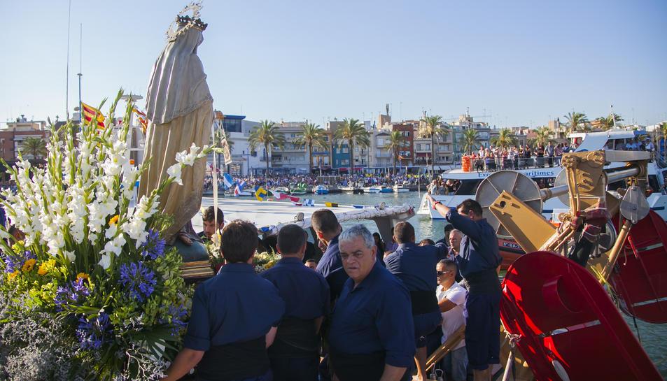 Centenars de persones van participar en els actes vinculats a la Processó Marítima dedicada a la Mare de Déu del Carme.
