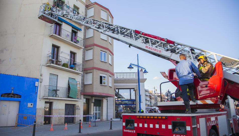 Els bombers han acudit a causa d'un petit despreniment en un edifici a tocar de l'església de Sant Pere.