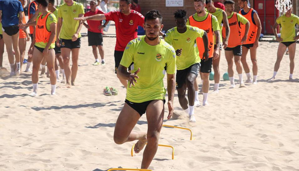 Els jugadors granes s'han entrenat a la platja de l'Arrabassada.