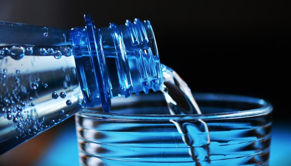 Imatge d'arxiu d'una ampolla d'aigua.