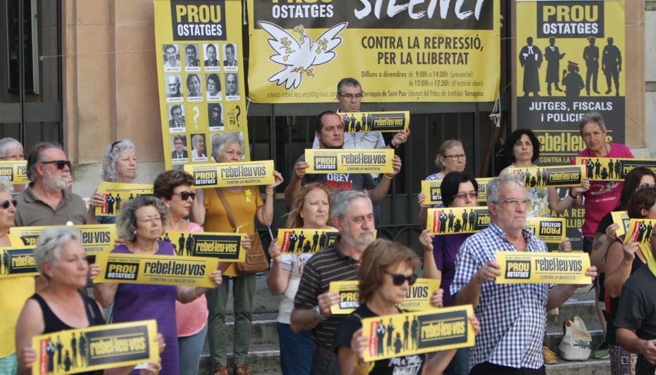 David Fernández, al centre i a la darrera filera, durant la concentració de mitja hora i en silenci que es va fer ahir davant dels Jutjats.