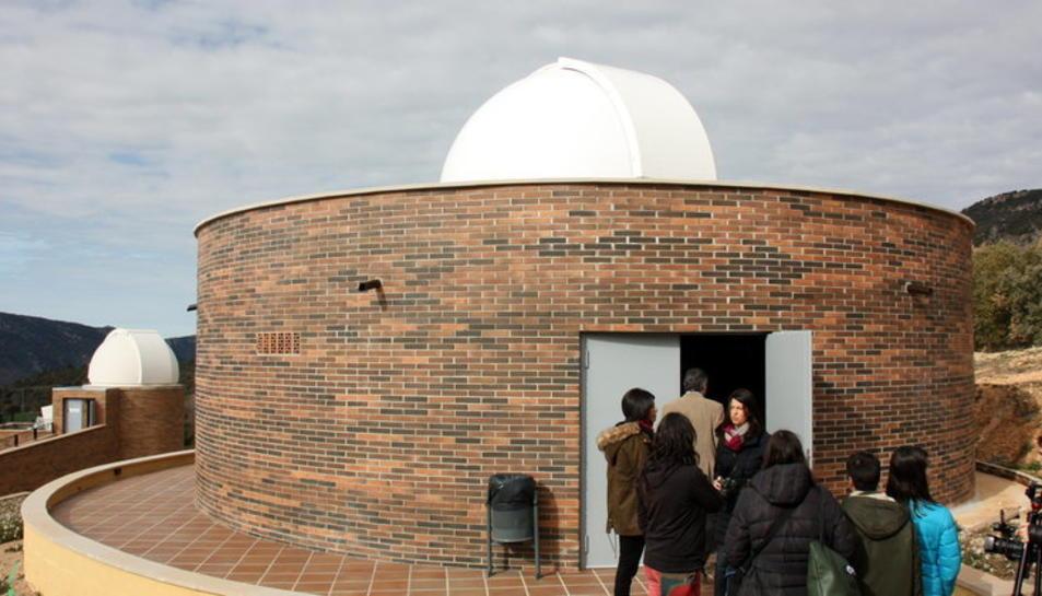 Visitants entrant en un dels telescopis de l'observatori astronòmic del Montsec.