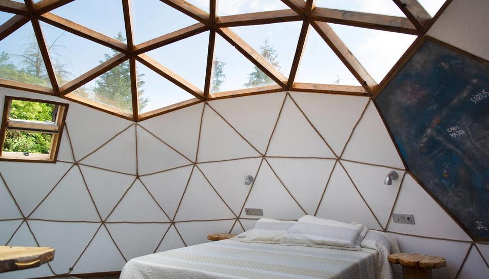 Vista interior de la 'domos' amb el sostre transparent.