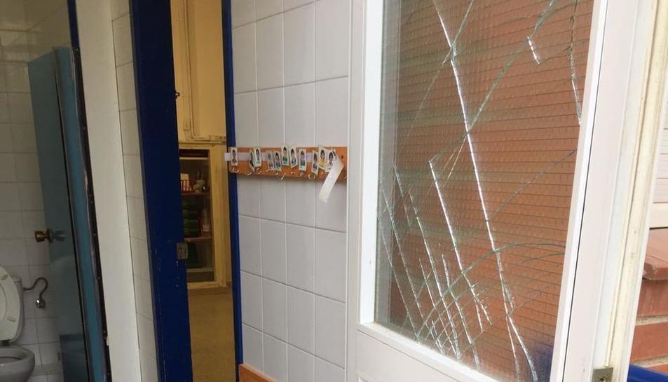 Les persones que hi van entrar van trencar els vidres d'algunes portes.
