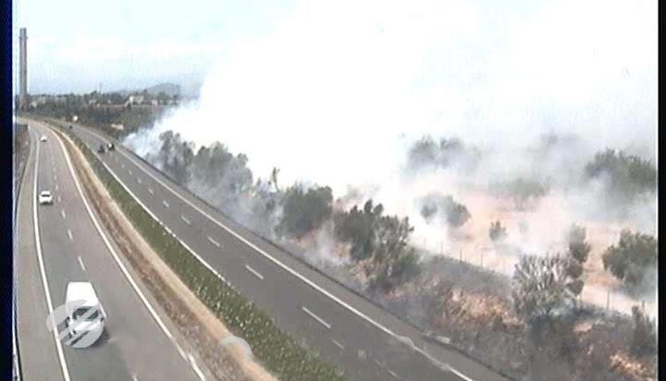 L'incendi ha generat molta fum al costat de l'AP-7.
